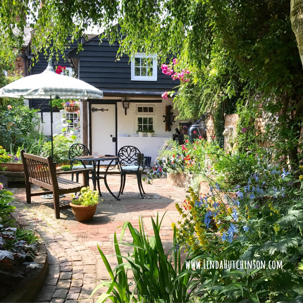 an-english-cottage-garden-picture-id898121938.jpg