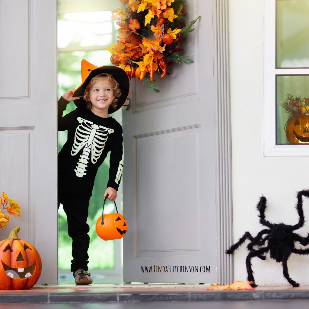 kids-trick-or-treat-halloween-child-at-door-picture-id1173674291.jpg